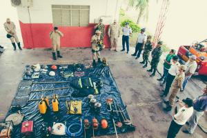 Equipamentos de proteção individual e coletivo, assim como moto mecanizados utilizados no combate a incendo florestal, foram apresentados para a comitiva. Créditos:2°SGT.BM. Paiva