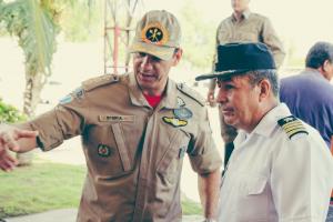 O tenente-coronel Eduardo Steica recepciona o comandante do 5° Distrito Naval da Armada Boliviana o C.N. Ayllon. Créditos:2°SGT.BM.Paiva